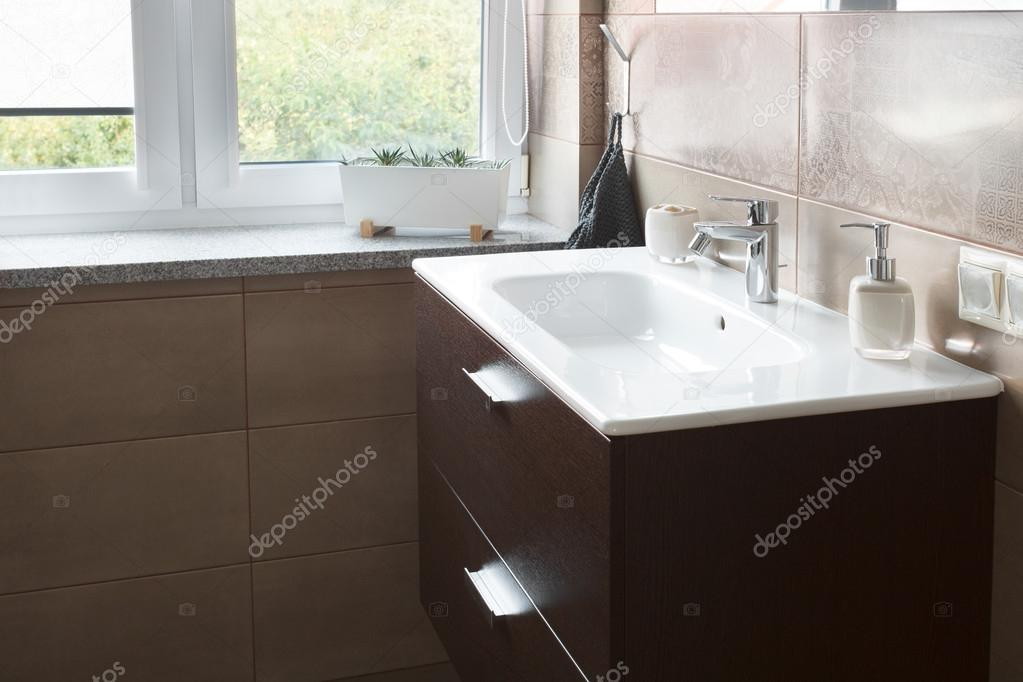 Mosogató fürdőszoba ablak közelében — Stock Fotó © yuryRumovsky #119906856