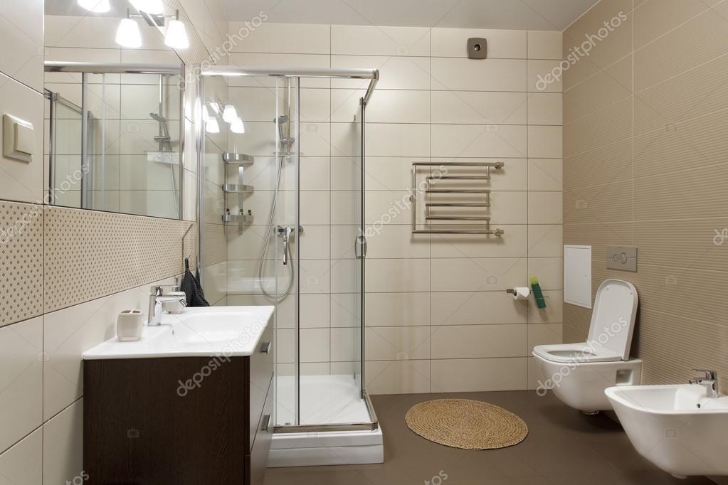 Grote badkamer in bruin tinten — Stockfoto © yuryRumovsky #120595436