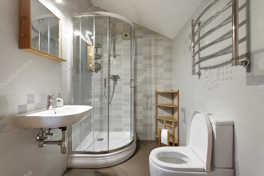 Kleine badkamer in grijstinten — Stockfoto © yuryRumovsky #123107820