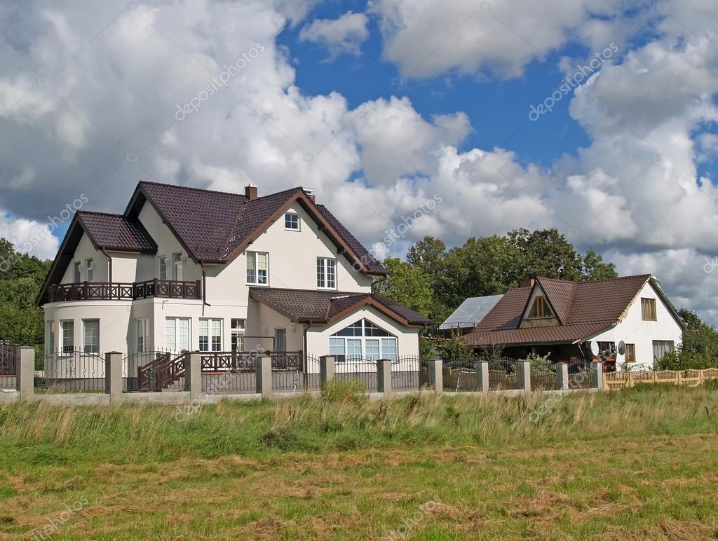 Case di campagna con tetti di tegole marrone regione di for Foto di case di campagna
