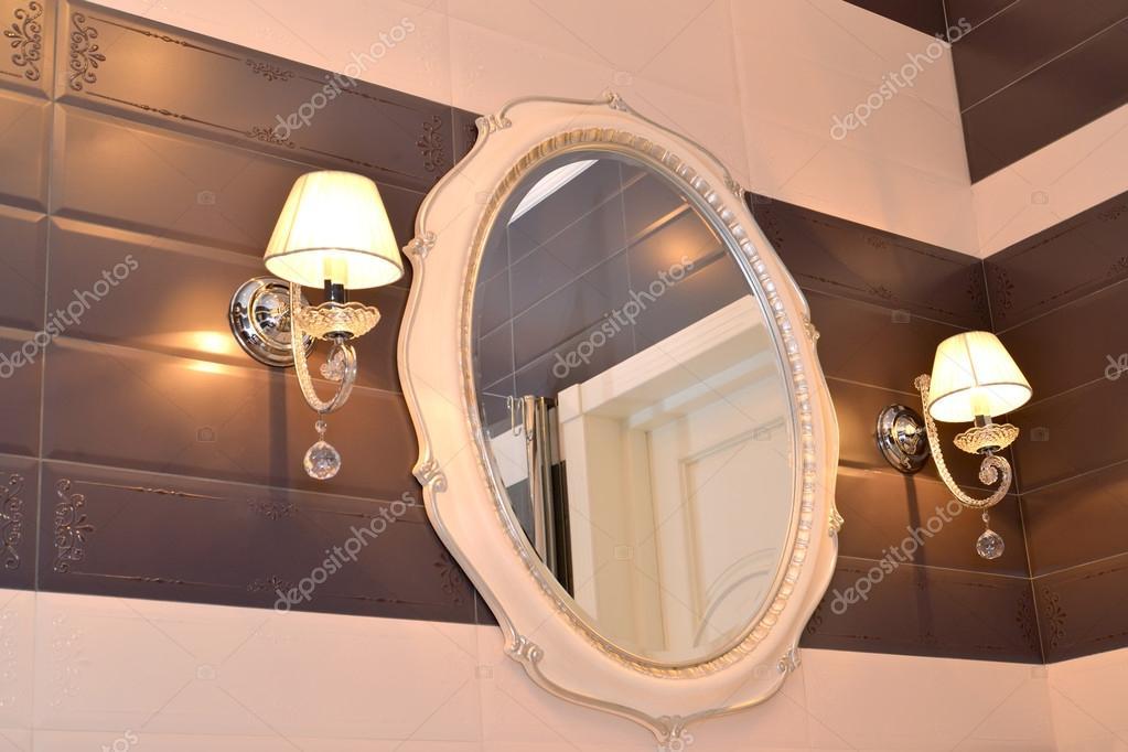 Espejo y dos apliques en un cuarto de baño. Clásicos modernos con ...