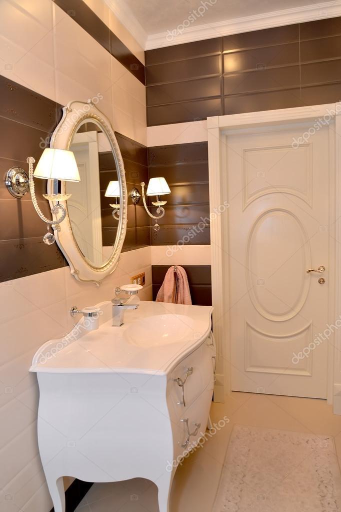 Fragmento interior del cuarto de baño. Clásicos modernos con ...
