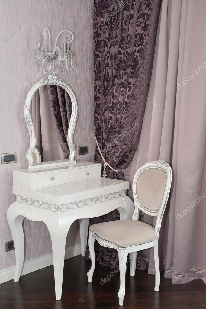 Kaptafel Met Stoel.Witte Kaptafel En Stoel In Een Huiskamer Moderne