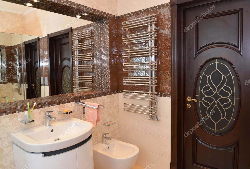 d\'intérieur salle de bain avec une niche miroir — Photo #56946735