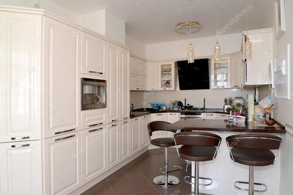Innenraum des Küche-Esszimmer in hellen Farben — Stockfoto © vodolej ...