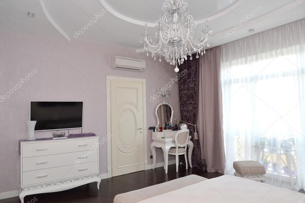 Schlafzimmer-Einrichtung mit weißen Möbeln. Moderne Klassiker mit ...