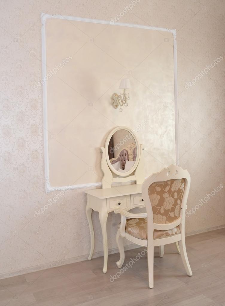 Moderne Witte Kaptafel.Kaptafel En Witte Stoel In Een Hotelkamer Luxe Moderne