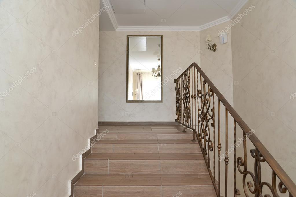 Fragment van een corridor van hotel met een ladder en een grote