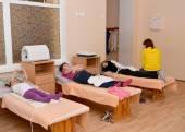 Nemocné děti kolem léčby magnetoterapie. Physiotherapeu