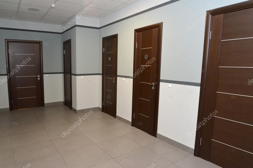 Intérieur d un couloir de l immeuble de bureaux et portes