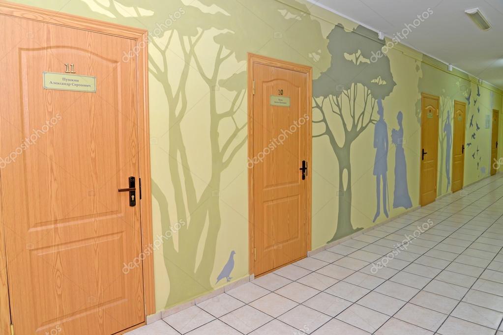 Interieur van een corridor van hotel met een lijst van de muur