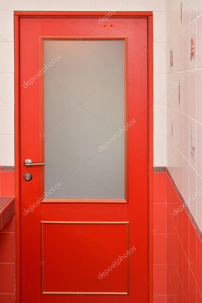 Porte en bois rouge avec le verre dans une salle de bain ...