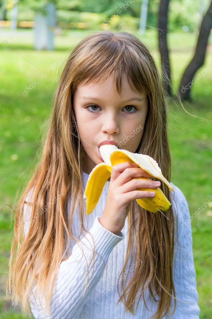devki-igrayut-s-bananom