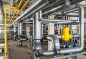 interiérové průmyslovou Plynový kotel se spoustou potrubí, čerpadla a v