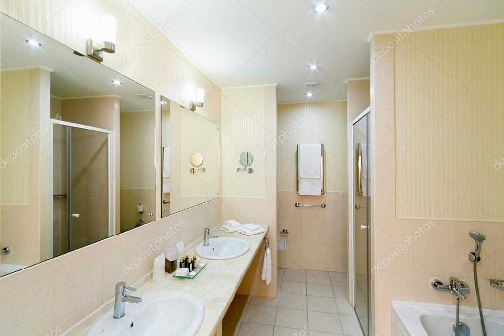 großes Badezimmer der Hotelzimmer mit Dusche und ein paar washb ...