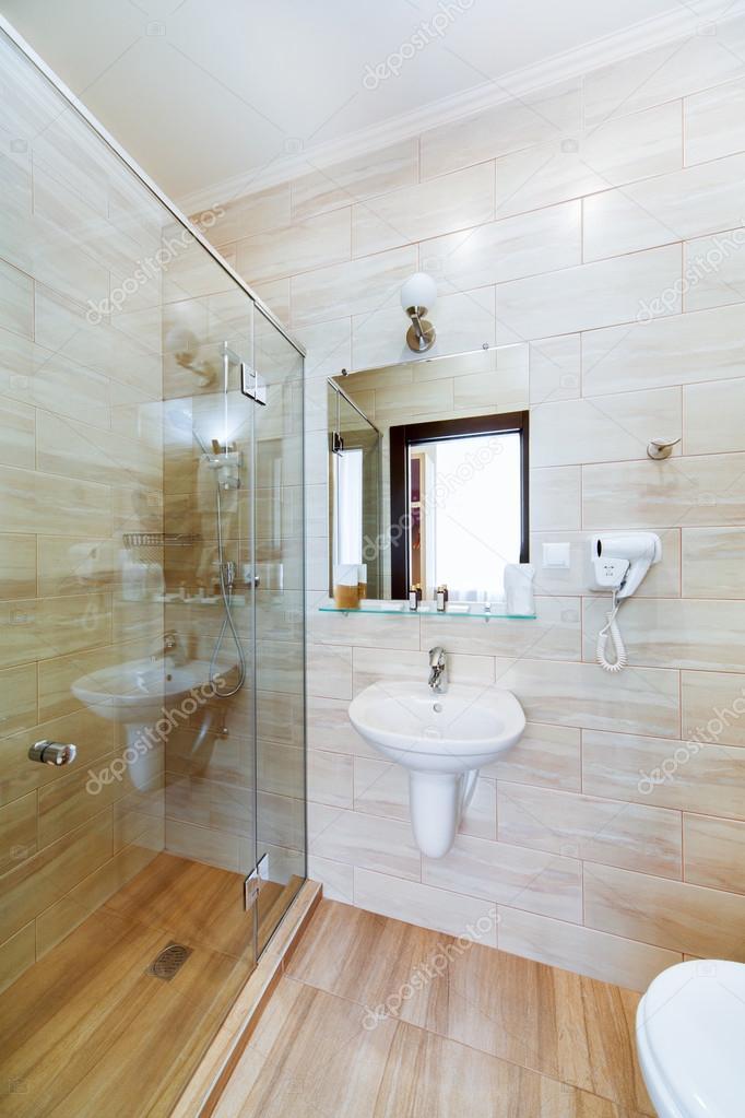 pequeño cuarto de baño de las habitaciones, con ducha y lavabo ...