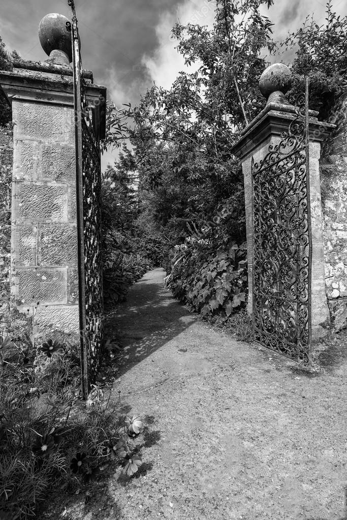 Vieux fer forgé pleine grandeur porte et brique mur du jardin en ...