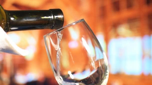 nalil bílé víno do skleněných