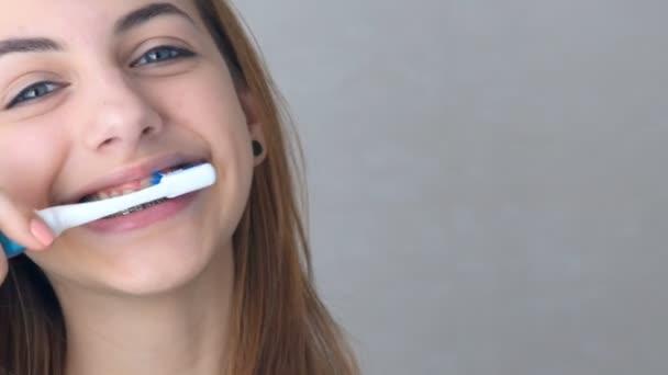 schönes lächelndes Mädchen mit Halterung zum Zähneputzen .