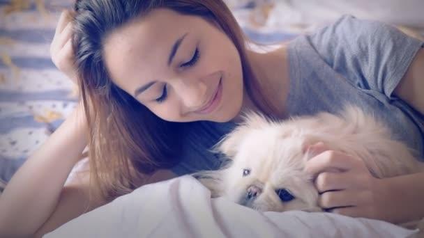 Dívka a její pes v posteli