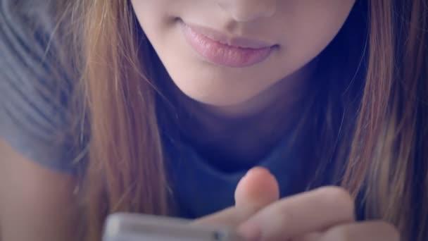 Weibchen benutzt ihr Mobiltelefon.