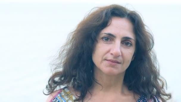 Detailní záběr ženy při pohledu na fotoaparát