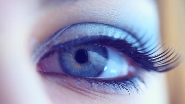 Žena, otevření její modré oko.