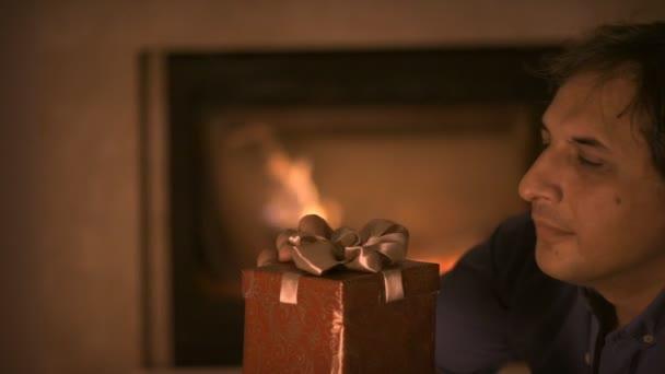 Muži s krabice vánoční dárek v ruce