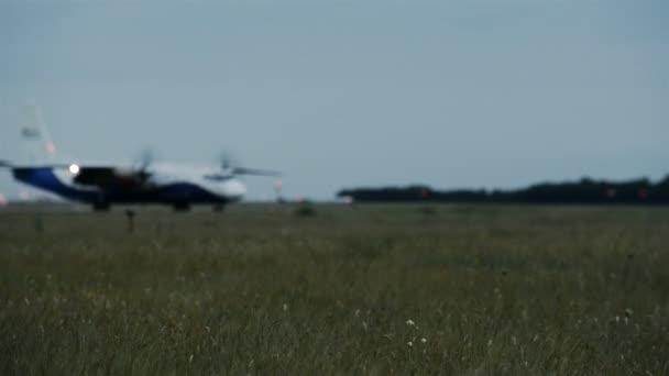 A repülőgép mozgatása a háttérben fúj a szél