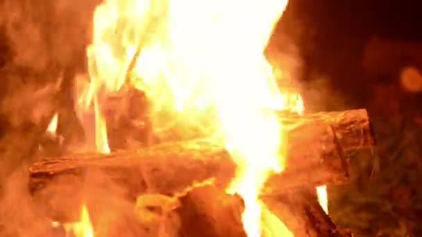 Útulný malý oheň hořící