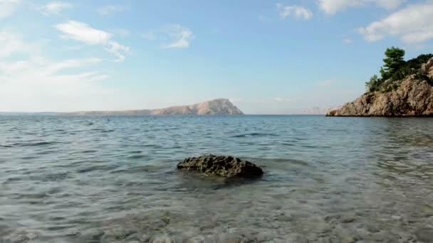 Durchsichtige Wasser auf das Ufer noch Filmmaterial