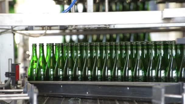Viele Flaschen auf Förderband