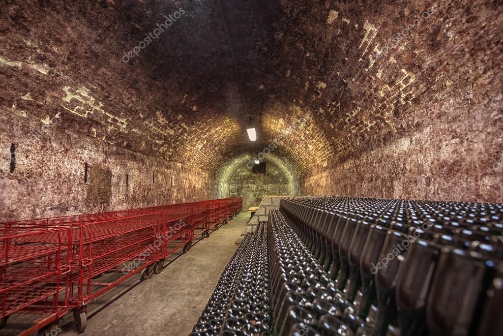 Cave A Vin En Brique tunnel souterrain long de brique dans la cave à vin — photographie