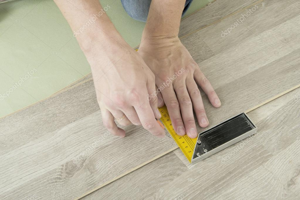 Man met tools te leggen laminaat u2014 stockfoto © yganko #79065214