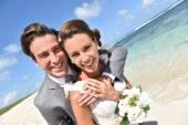 Fényképek friss házasok pár a strandon
