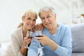 Fotografie Paar jubelt mit Glas Wein