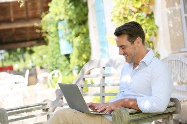 laptop ile evden çalışan adam