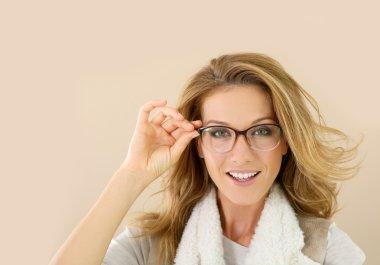 woman wearing eyeglasse