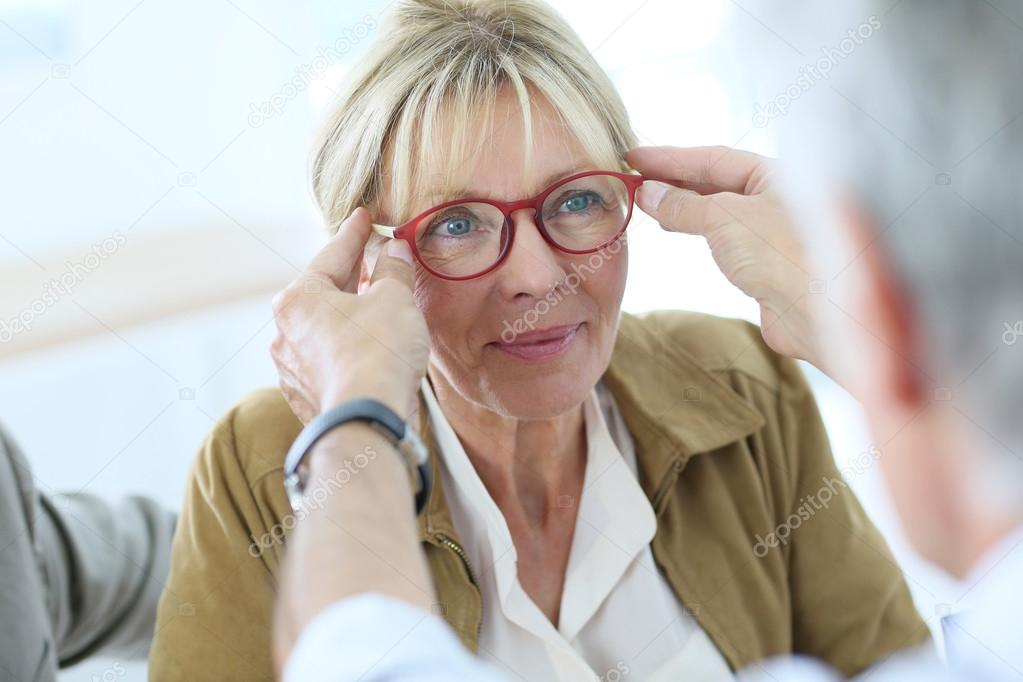 2ab9385e9d9a44 Senior vrouw probeert nieuwe bril op — Stockfoto © Goodluz  85186804