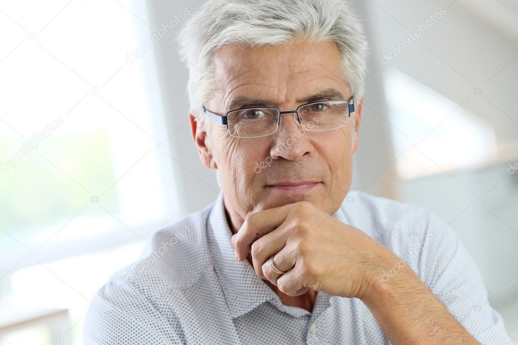 Lunettes homme cheveux gris