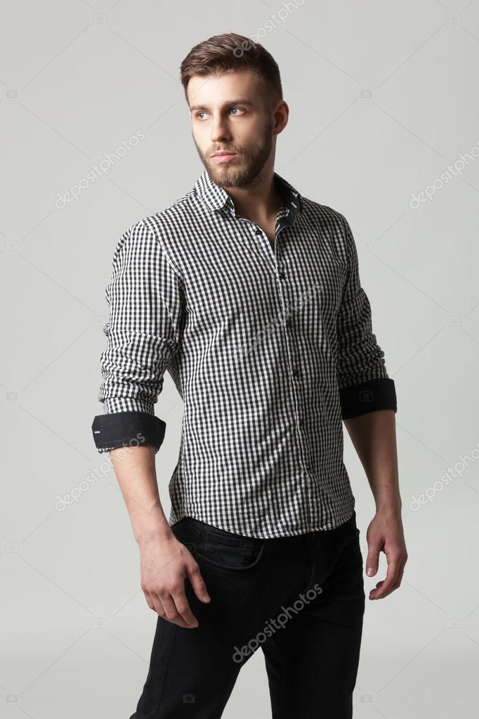 dc5263d52b824 Retrato de estudio de hombre joven elegante guapo en ropa casual — Fotos de  Stock