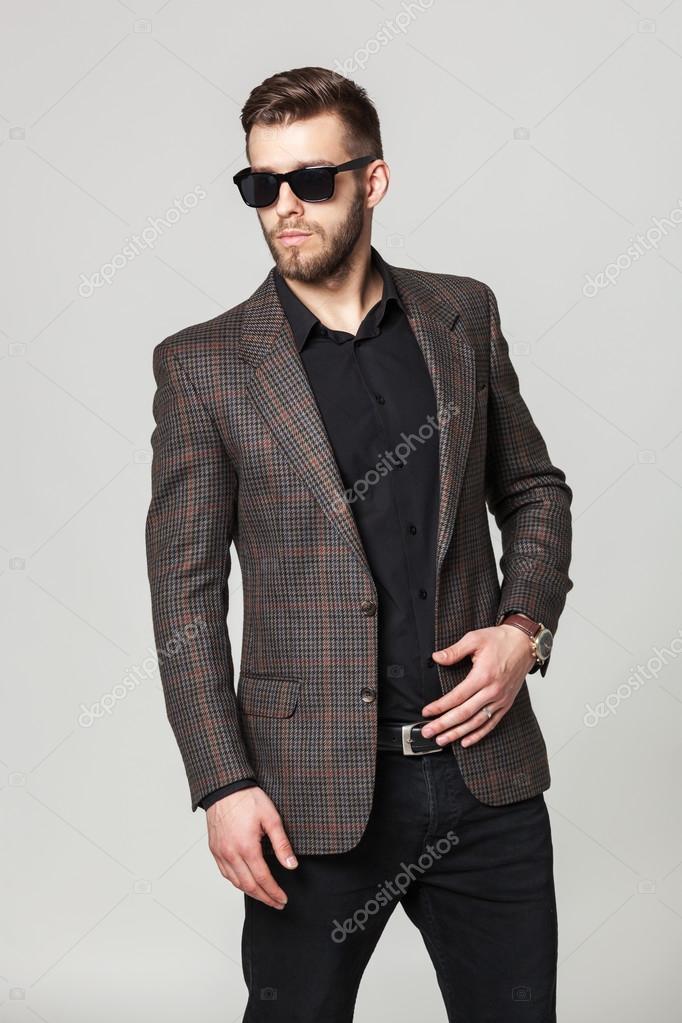 ad1a038445 Ritratto dello studio di giovane uomo bello elegante in giacca ...