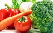Zblízka různé barevné syrové zdravé neléčené originální zeleniny