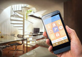 Mann mit Smart-Home-Security-App