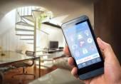 Fotografie Mann mit intelligenten Haussicherheit app