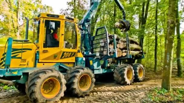 dřevěný náklaďák zvedá velké dřevěné díly