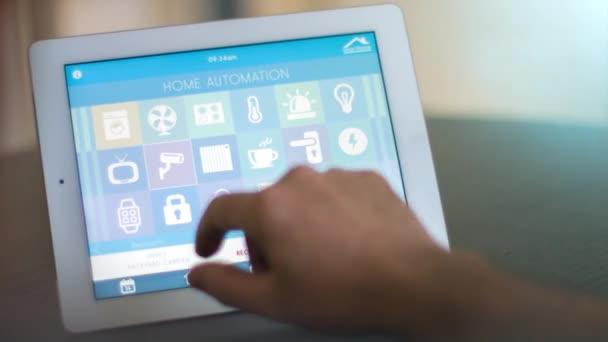 Člověk pomocí počítače tablet Pc smarthome app ovládat svůj dům
