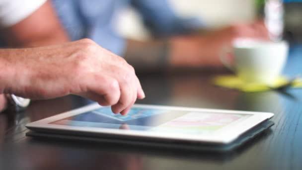 Kreativní obchodní jednání a muž s počítačem tablet Pc