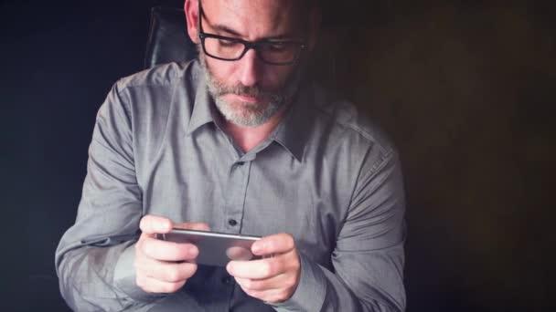 Uomo daffari lavora con il suo smartphone