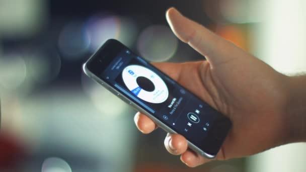 člověk používá aplikace na nový apple iphone 6s